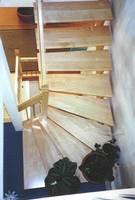 Bild: 1 in Schirgiswalde bei Bautzen; Treppenart: aufgesattelte Wangentreppe; Treppenverlauf: gegenläufige Podesttreppe; Holzart: Buche gebeizt; Besonderheit: gedrechseltes Geländer Bild: 2 in Schirgiswalde bei Bautzen; Treppenart: aufgesattelte Wangent
