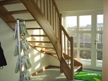 Treppenart: eingestemmte Wangentreppe; Treppenverlauf: ¼ gewendelte; Holzart: Buche Parkett